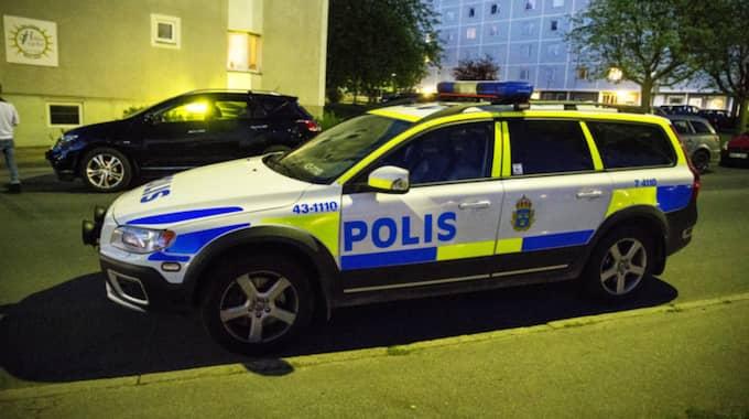 Polisen var aktiva och hade mycket folk i beredskap under söndagskvällen med tanke på alla bilbränder i Malmö. Foto: Anders Ylander