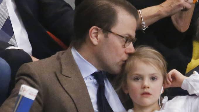 Prins Daniel tog med sig Estelle på handbolls-EM. När han går på pappaledighet finns det förhoppningsvis än mer tid för barnen. Foto: PATRIK C ÖSTERBERG / IBL
