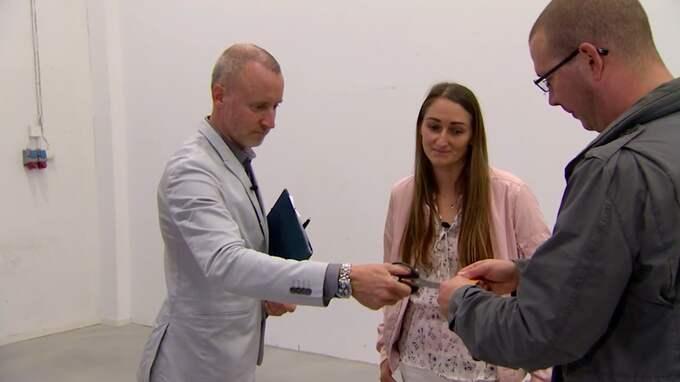 Här klipper en av Lyxfällans programledare Magnus Hedberg kreditkortet för miljonskuldsatte Petr. Samtidigt har hans sambo Marlena fått reda på den hemlighet som Petr ruvat på. Foto: TV3
