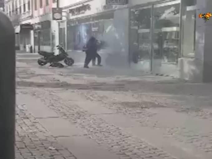 Björn filmar när två svartklädda personer plockar fram en betongsåg och börjar såga sin in i klockaffären. Foto: BJÖRN SANDIN / LÄSARBILD