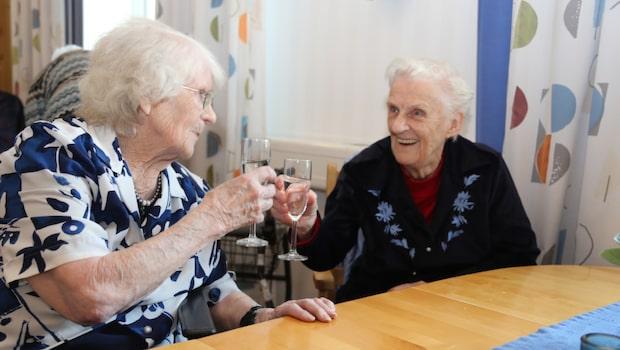 Stina, 96, och Birgit, 86 – Sveriges äldsta poddare?