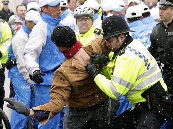 """PROTESTER. OS-facklan möttes av stora demonstrationer i London på söndagen och även i Paris på måndagen. IOK-basen Jacques Rogge är orolig. """"Vi är alla oroade över den nuvarande situationen"""", säger han. Foto: AP"""