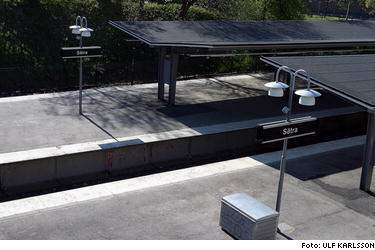 Här vid Sätras tunnelbanestation mördades en 25-årig man i går. Tre unga flickor försökte förgäves få liv i mannen.