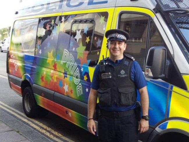 Nev Kemp, chef för polisen i Sussex, framför ett av de nymålade fordonen.