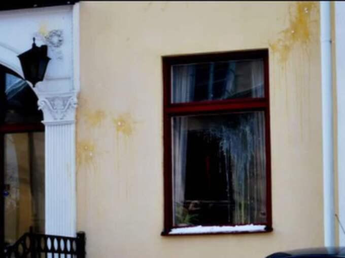 I februari 2011 gav sig Nordisk ungdom på den flyktingförläggning där de misstänkta i Husbybadshändelsen bodde.