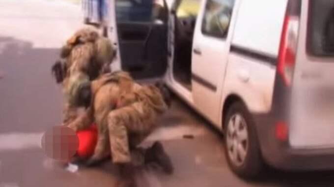 Här grips den misstänkta terroristen. Foto: Ukrainas säkerhetstjänst