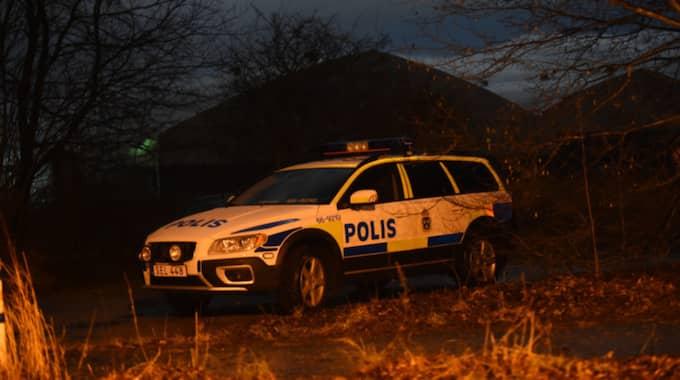 En rånare med pistol tog sin in i huset och hotade båda. Foto: Jens Christian Andersson