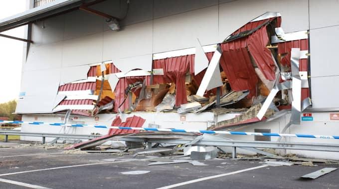 Tjuvarna körde rakt genom väggen till Postnords lokaler i Kista med en stor hjullastare. Foto: Marco Blomberg