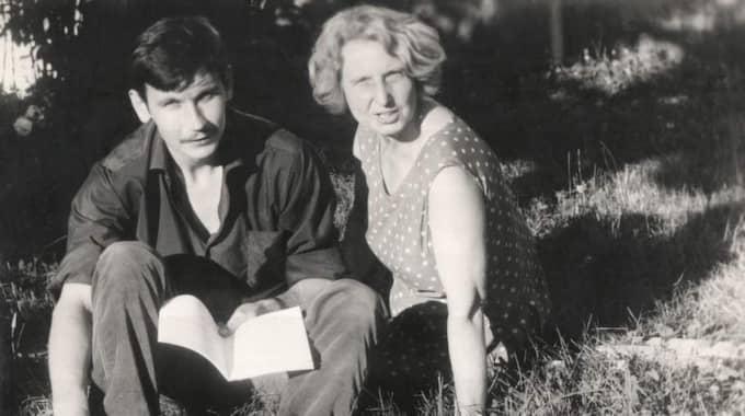 Artikelförfattaren Hynek Pallas mormor, Libuše Čermáková, med sonen Martin i Geneve 1969. Halva hennes barnaskara emigrerade.