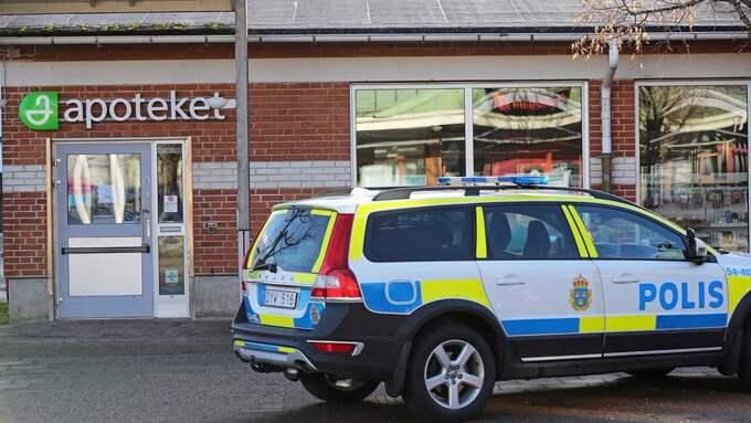 Den beväpnade mannen slog till mot apoteket och flydde sen platsen. Foto: Robert Betzehag / Rescue Photo