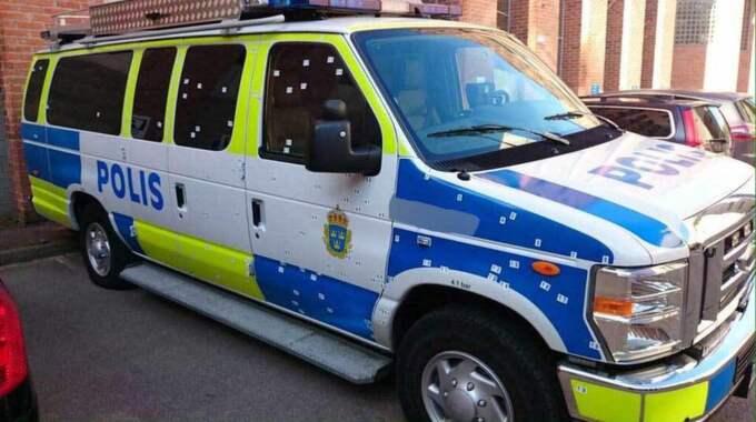 Polisbussen utsattes för en granatattack, och enligt polisen är det bara en ren tillfällighet att ingen av poliserna i bilen skadades fysiskt. Foto: Läsarbild