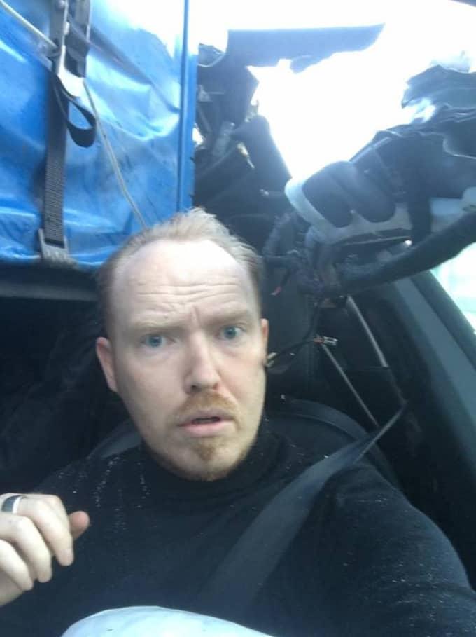 Jan Hellesøe tog en selfie efter den våldsamma krocken. Foto: Privat