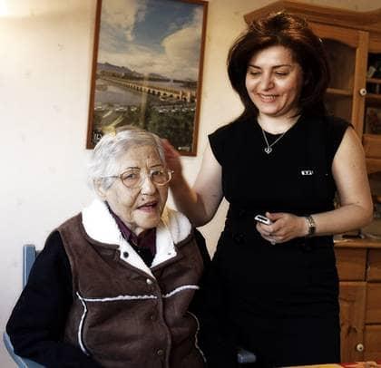 """Gladare. Maosoumeh, """"Masi"""", Shaban Lavasani levde upp när hon flyttade in på den persiska avdelningen. """"Hon blev en helt annan människa"""", säger dottern Parvaneh Samsam Dorri. Foto: Gunnar Seijbold"""