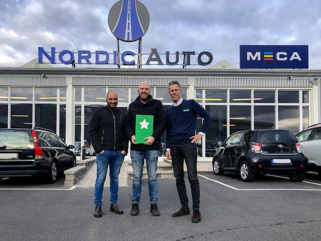 Markus Andersson och Nima Forooghi (t.v) på Nordic Auto i Göteborg tog emot utmärkelsen Sveriges bästa bilverkstad 2019 av verkstadsportalen Lasingoos vd Gustaf Hesselman (t.h).
