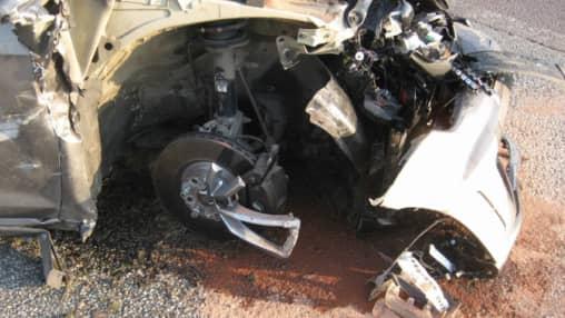 En av bilarna demolerades i olyckan. Nu yrkar försäkringsbolag på ersättning för skadorna. Foto: Polisen