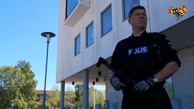 Beväpnad polis vaktar polishus i Kalmar