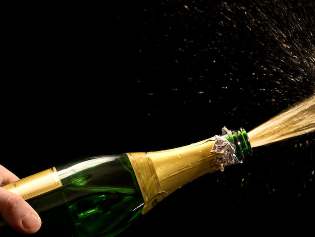 Att öppna en flaska bubbel är inte alltid helt lätt....