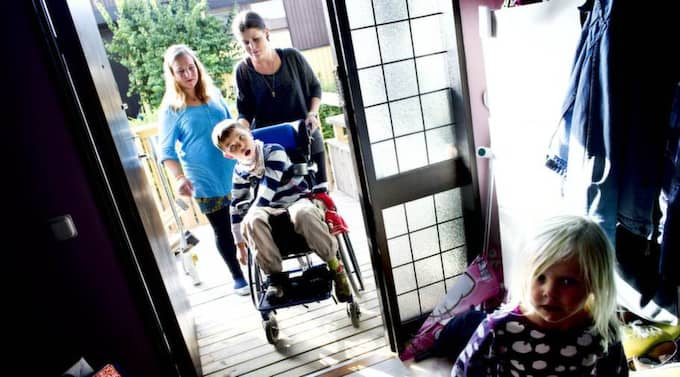 Rullstolsburna. Vincent, 9, utkörd från butik i Göteborg. Mamma Maria Geilemo Andersson, personliga assistenten Angelica Larsson och dottern Lovina, 4. Foto: Robin Aron
