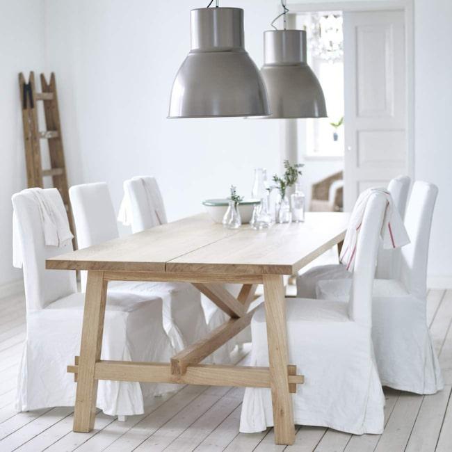 <span>En favorit i 2016 års Ikea-katalog är bordet Möckelby. Rustikt köksbord av massiv ek, 235x100 centimeter, 4 995 kronor, Ikea.</span>