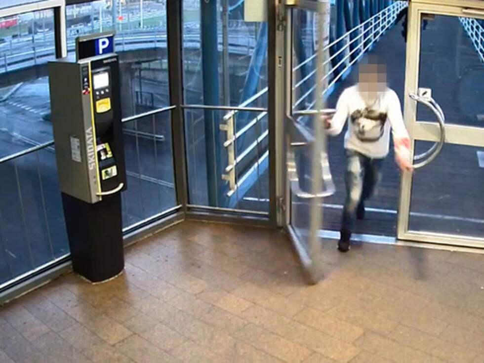 18-årige Samir fångas av övervakningskameran när han flyr efter en knivattack. Foto: Polisen
