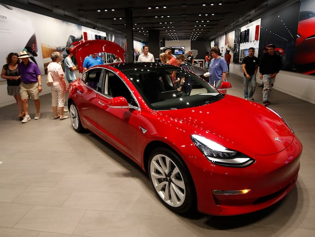Tesla Model 3 kommer till Göteborg. (Här visades den eftertraktade bilen i Denver.)