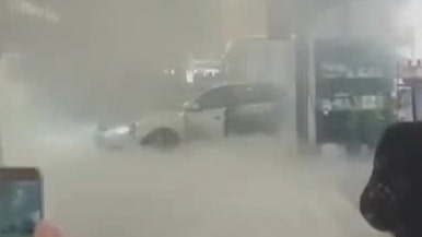 Videon visar kaoset: Rånarna körde rakt in med bil i gallerian