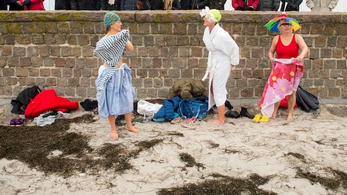 Badhytten i Skanör med ett hundratal människor på plats – med roliga badhattar. Foto: CHRISTER WAHLGREN / KVP/ EXPRESSEN