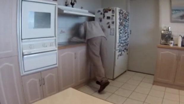Drar ut kylskåpet - där lurar döden
