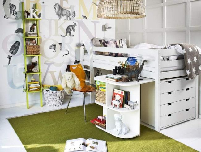 Till barnrummet. Loftsäng Nils med plats för förvaring under, 1 995 kronor. Nils skrivbord till loftsäng, 1 495 kronor. Nils byrå, 1 795 kronor. Allt från Mio.