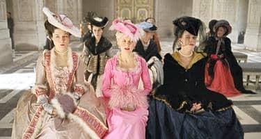 Marie Antoinette (Kirsten Dunst) med hovdamer