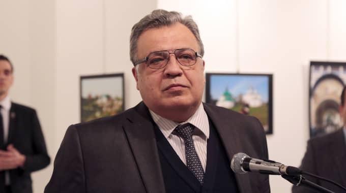 Enligt turkiska Hurriyet News ska angreppet ha skett när Karlov höll ett tal på en fotoutställning i den turkiska huvudstaden. Bilden är tagen innan ambassadören sköts. Foto: Burhan Ozbilici / AP TT NYHETSBYRÅN