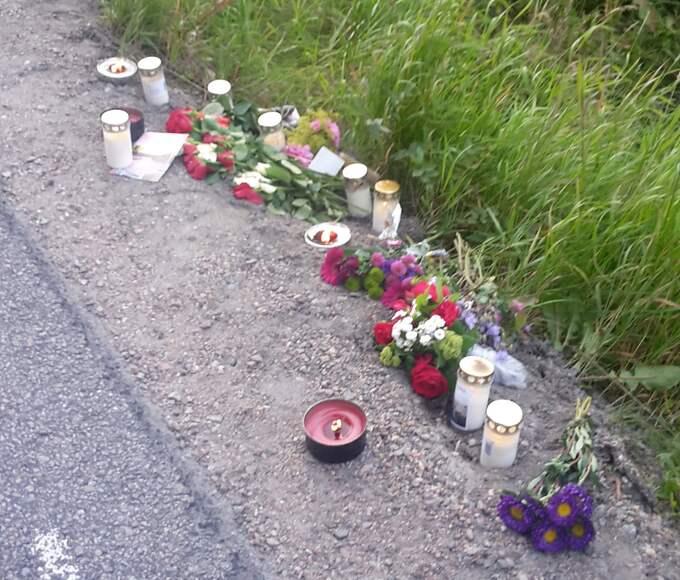 Många hedrade Jonas med blommor vid vägrenen där han blev påkörd. Foto: Privat