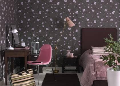 I gästrummet kan du ta ut svängarna och dekorerar med andra färgen än i resten av hemmet. Låt dig inspireras av våra rum i brunt och rosa eller svart och rött i bildspecialen nedan till höger!