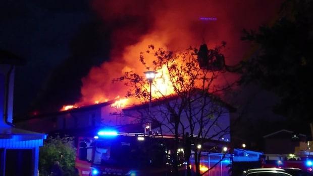 Storbrand rasar i radhuslänga