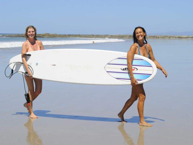 Surfinstruktör Pia Plant, till höger, har bott i Santa Teresa i över 11 år.