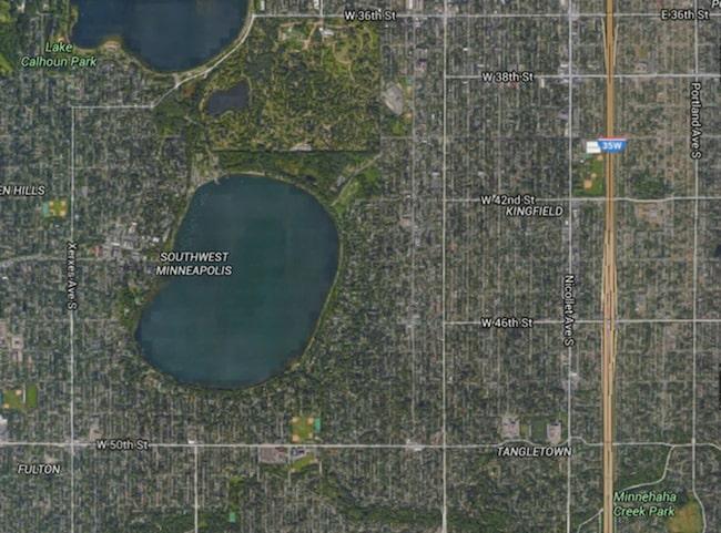 Lake Harriet ligger i Minneapolis. Zooma in på sjön i Google Maps...