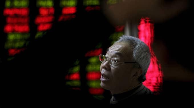 På fredag ska Kina upphäva en tvångsregel mot större aktieförsäljningar på börsen i Shanghai. Foto: Andy Wong
