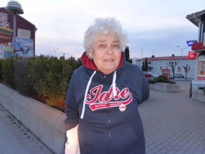 Anna-Lisa Andersson, 78, utanför affären där hon blev räddad. Foto: Privat