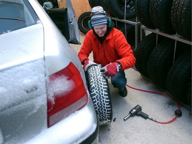 Expert Jan-Erik Berggren kollar att däcken är bra.