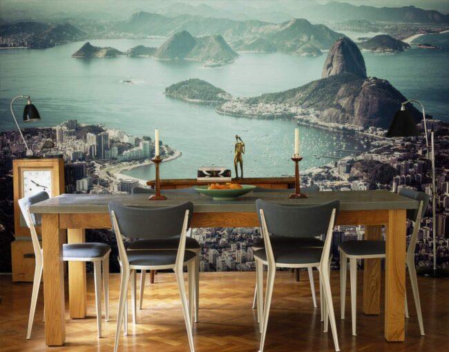 En fototapet gör att du kan få en känsla av att befinna dig någon helt annanstans. Här är en häftig tapet framför matbordet.