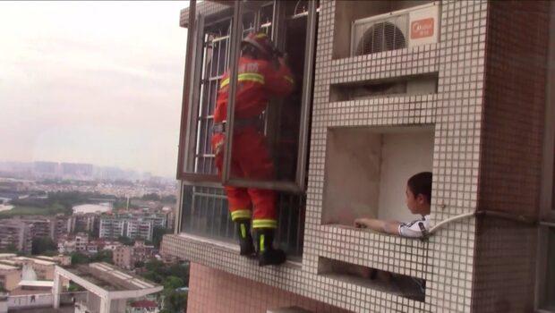 Här räddas pojken från höghuset