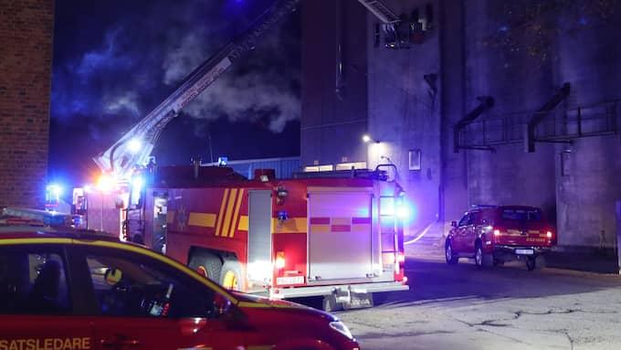 Enligt räddningstjänsten kommer släckningsarbetet ta flera timmar. Foto: WESTY Foto