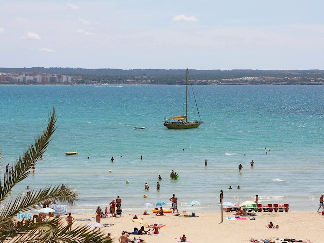 Ett stenkast från populära Les Meravelles ligger mysiga stranden Can Pastilla.