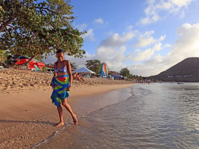 """""""Det finns ingen underbarare strand att vandra längs"""", säger Jackie Lay, Saint Luciabo, och vandrar längs Reduit Beach."""