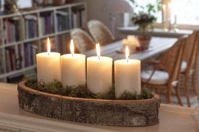 Fyra blockljus på ett fat eller i en skål med lite grön mossa blir en fin adventsljusstake. Näverskål/ljusstake, 179 kronor, Drömhuset.