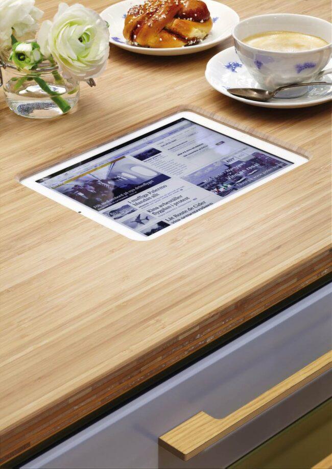 Ipad i bänkskivan.<br>Slut på kladdig skärm. Ballingslöv har lanserat en bänkskiva med möjlighet att fälla in Ipaden.<br>Pris på förfrågan,  ballingslov.se.