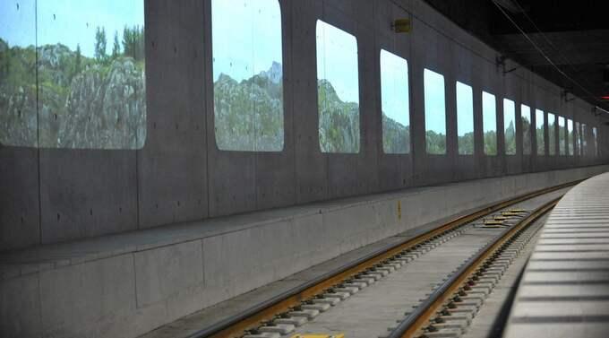 Tania Ruiz Gutiéerez videoverk Annorstädes som möter resenärerna vid Centralens station. Foto: Christer Wahlgren