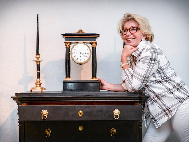 """Karin Laserow medverkar som antikexpert i """"Bytt är bytt"""" på TV4 och har blivit en stor favorit hos tittarna. Hon är antikhandlare och inredare, samt driver antikvitetsföretaget Laserow Antik i Sverige och i New York."""