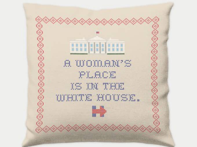 "Kudde - Hillary Clinton säljer en broderad kudde med budskapet ""A woman's place is in the White house""."