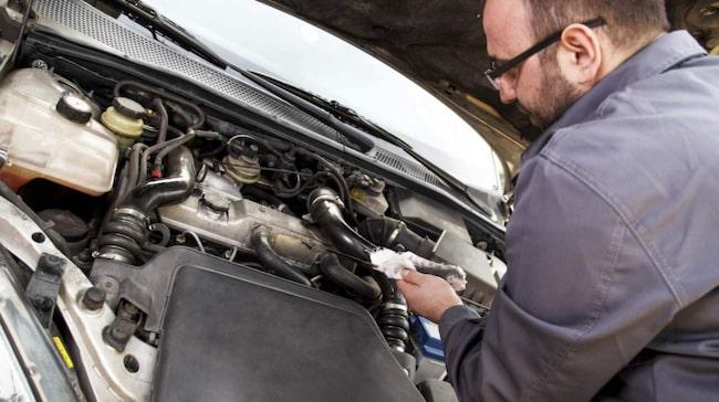 Att kolla oljan är självklart tillåtet. Men att mixtra med bilens mjukvara – det kan röra sig om upphovsrättsbrott.